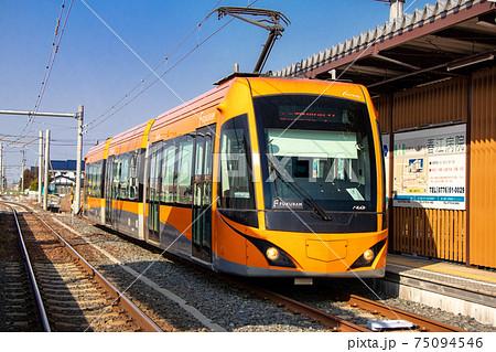 オレンジ色の低床路面電車FUKURAM (フクラム) 75094546