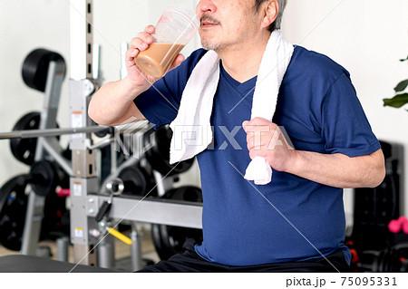 プロテインを飲む白髪のシニア男性 75095331