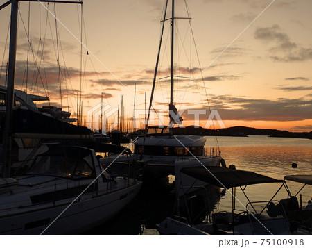 ニューカレドニアのヌーメア港の夕焼け 75100918