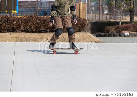 【愛川町スケートパークでスケボーの練習】 75105163