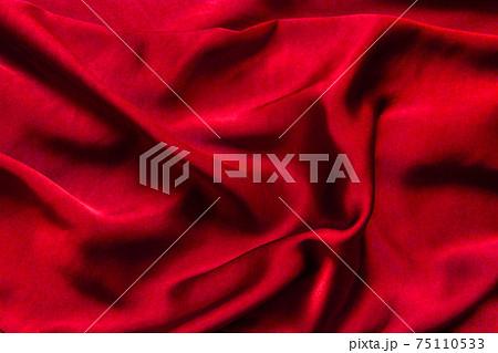 赤い柔らかな布 背景素材 75110533
