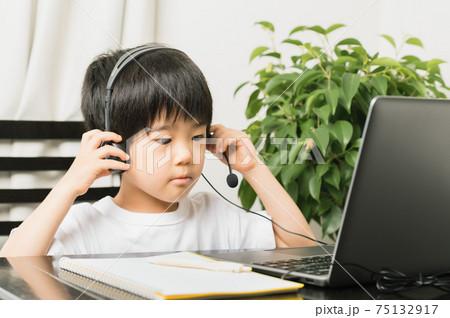 オンライン授業を受ける準備をする男の子 75132917