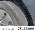 すり減ったタイヤ 75133099