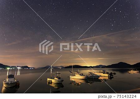 瀬戸内の初夏の星景 漁港に昇る天の川とさそり座 75143224