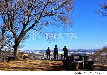 神奈川県立七沢森林公園 ながめの丘からの眺望を楽しむハイカー 75151723
