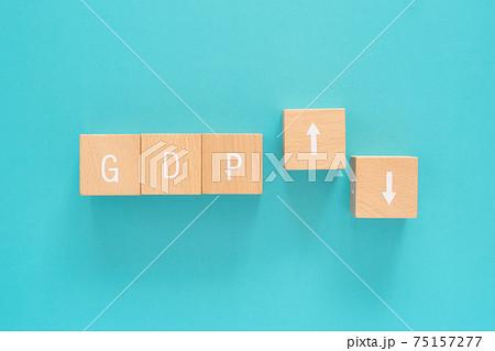 GDP(国内総生産)|2つの矢印と「GDP」と書かれた積み木ブロック 75157277