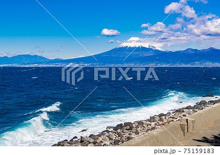 静岡県沼津市井田 荒波の井田海岸と富士山 75159183