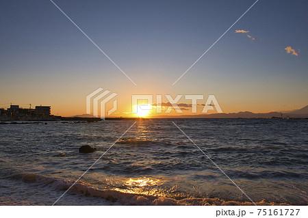 【神奈川県葉山町】真名瀬海岸に落ちる夕日 75161727