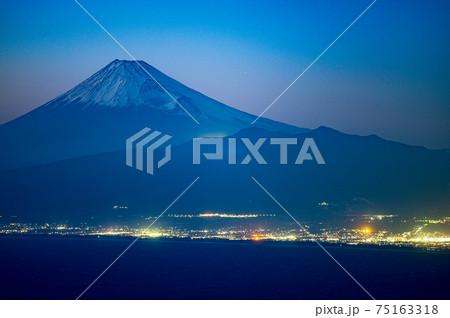 駿河湾を望む富士山の夕景と街明かり 75163318
