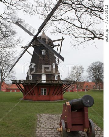 北欧デンマークのコペンハーゲンのカステレット要塞の風車 75165912