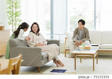 リビングで過ごす家族 妊婦 75172354