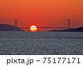 明石海峡大橋に沈むダルマ夕日 75177171