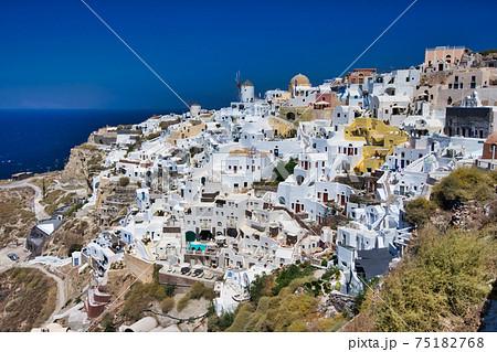 サントリーニ島にてイアの街なみ 75182768
