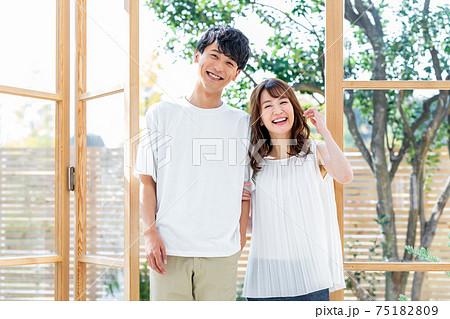 窓辺に立つ若いカップル 75182809