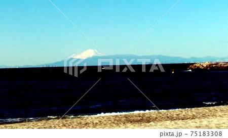 稲毛海岸から東京湾を挟んで見た雪を被った富士山 75183308