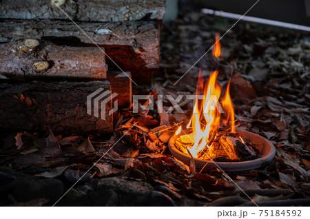 焚き火と薪で冬のアウトドア 75184592