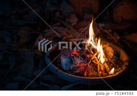 焚き火と薪で冬のアウトドア 75184593