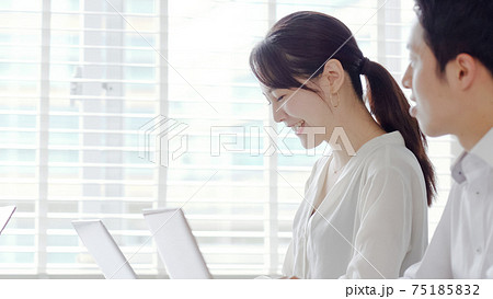 パソコンをタイピングするビジネスマン 75185832