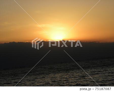 稲毛海岸から見た日没後のオレンジ色の夕焼け 75187087