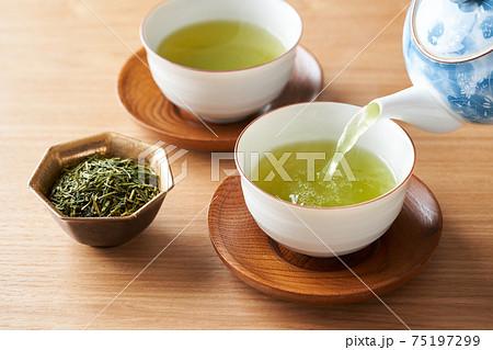 急須で緑茶を注ぐ 75197299