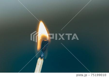 火の付いたマッチ 75199010