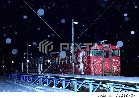 雪降る冬の大白川駅(只見線) 75213707