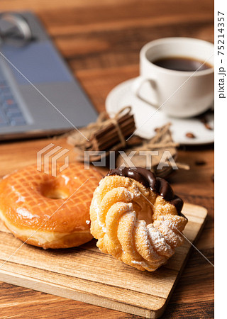 色々な種類のドーナッツ 75214357