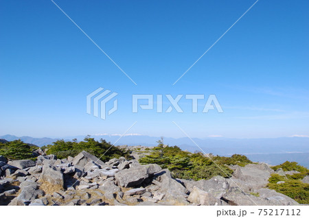 岩に覆われた青空の山頂 75217112