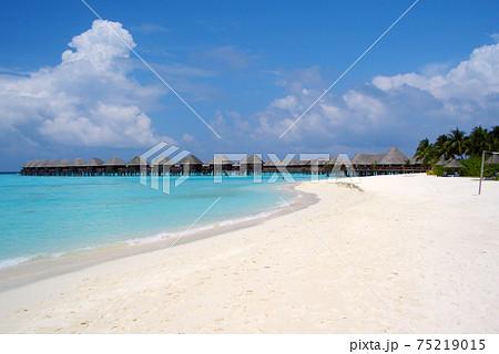 モルディブの白い砂浜 75219015
