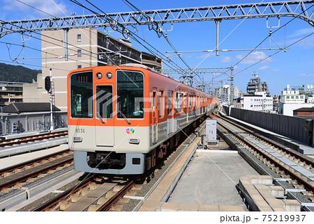 阪神 青木駅を通過する8000系特急 75219937