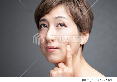 肌のハリを確かめる中年の日本人女性 75225841