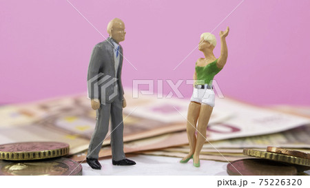 若い愛人との逢瀬(お金目当てに初老の男性と付き合う女性) 75226320
