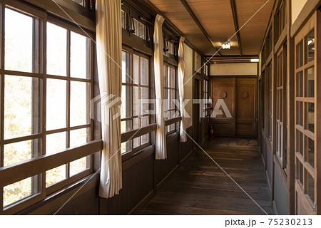 木造建築の廊下に差し込む陽射し 75230213