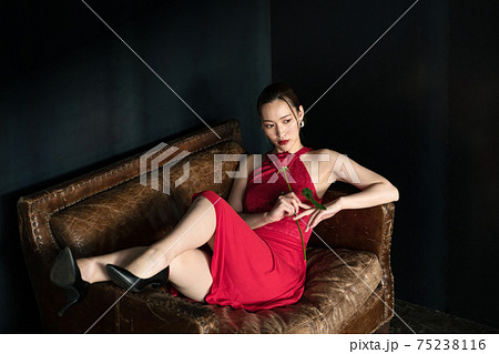 赤いワンピースを着た女性 75238116