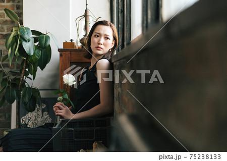 白い薔薇を持って佇む女性 75238133