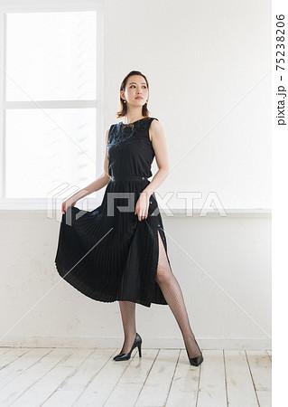 黒コーデの女性ポートレート 75238206