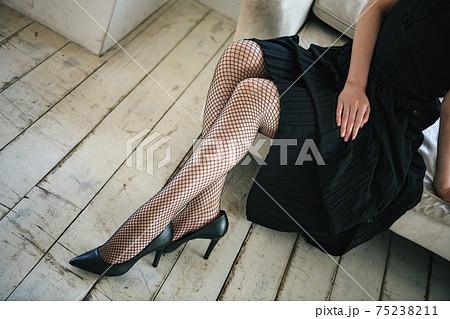黒い網タイツを履いた女性の美脚 75238211