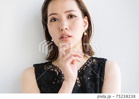 クールビューティーな女性のポートレート 75238238