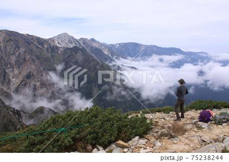 唐松岳の丸山から白馬方面を見る登山者(男性) 撮影場所:唐松岳の丸山(長野県、八方尾根) 75238244