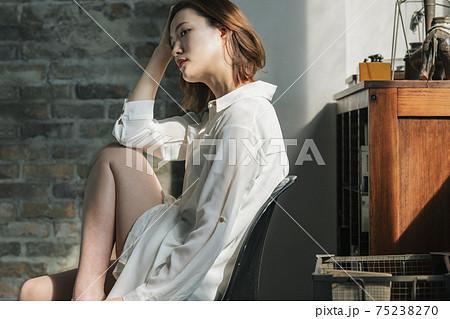 白いYシャツを着た女性 75238270