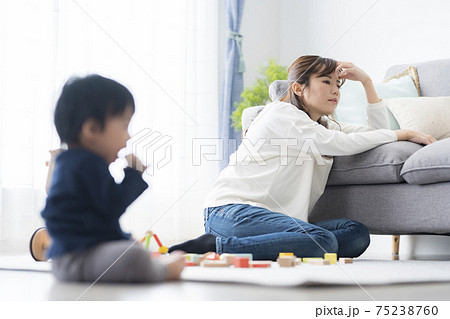 育児疲れイメージ 75238760