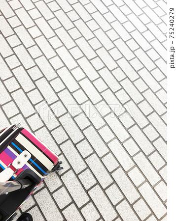 スーツケースとJR京都駅の新幹線ホーム 75240279