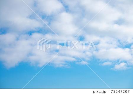フワフワした雲と青空、コピースペースのある背景 75247207