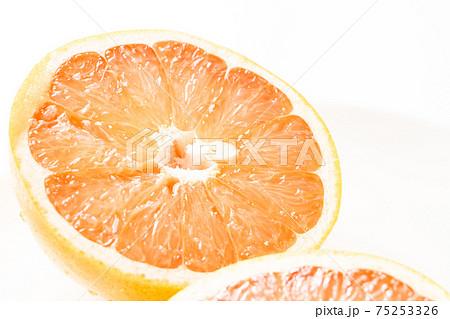 グレープフルーツの断面。 75253326