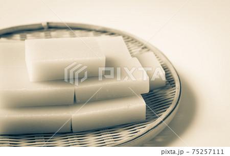 竹ザルに盛られた角餅 四角い餅 東の角餅 切り餅 75257111