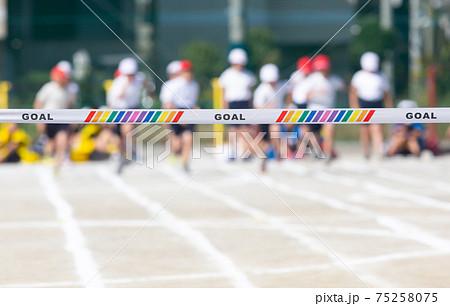 小学校の運動会 徒競走のスタートダッシュとゴールテープ 75258075