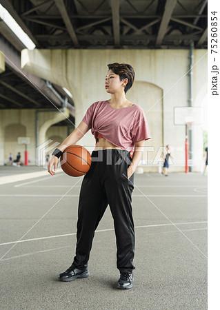 バスケットボールを持った女性 75260854