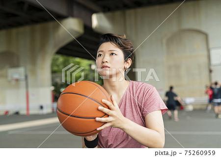 バスケットボールをする女性 75260959