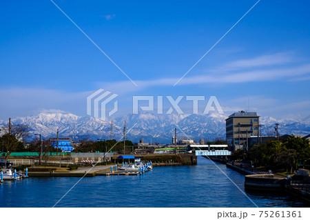 富山・立山連峰と路面電車・岩瀬運河 75261361