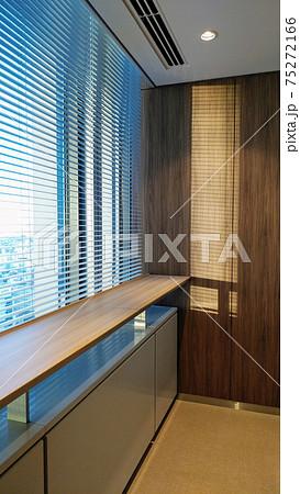 オフィスビルの休憩スペース 75272166